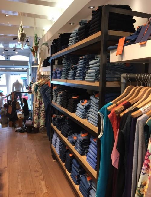 a1sx2_Thumbnail1_amsterdam-shopping-nukuhiva5.JPG